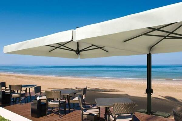 parasol sur une terrasse de restaurant